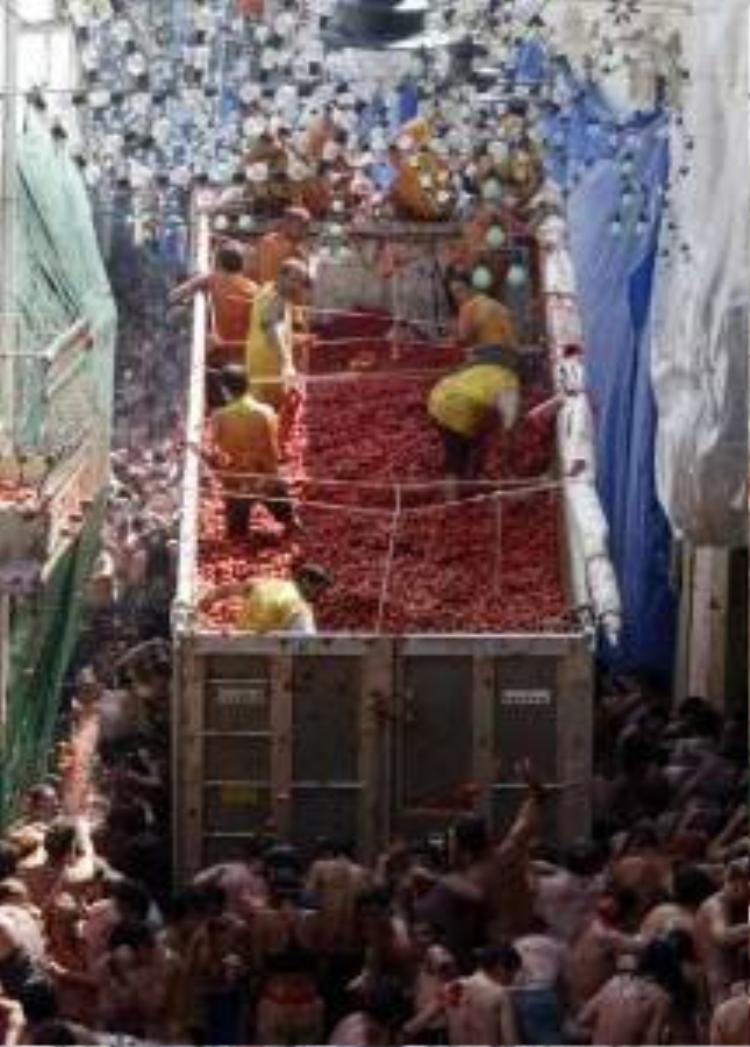 Hàng ngàn người Tây Ban Nha cháy mình trong lễ hội biển cà chua