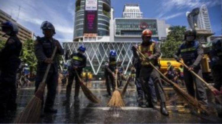 Cảnh sát Thái Lan quét dọn hiện trường ngày 18-8. Ảnh; Reuters.