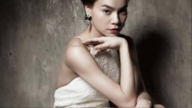 Hà Hồ đầy tự tin khi diện trang phục của Lâm Gia Khang với phần hỗ trợ của stylist Phạm Bảo Luận.