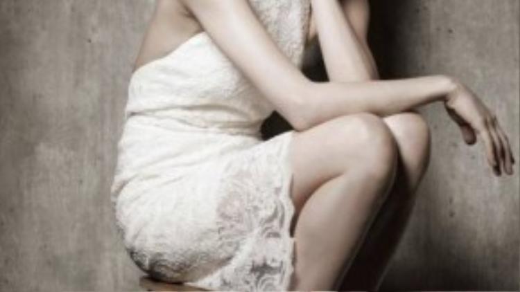 Nữ ca sĩ khoe lưng trần gợi cảm