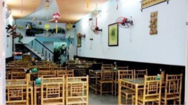 Điểm cộng của nhà hàng là không gian bày trí ấm cúng, bàn ghế được sắp xếp gọn gàng, lịch sự.