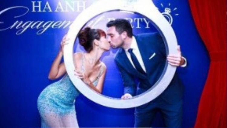 Hà Anh và chồng tương lai trong lễ đính hôn cách đây không lâu.