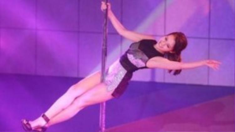 Mạch Minh Thi cũng đã thể hiện những động tác vũ đạo uyển chuyển trong phần thi tài năng.