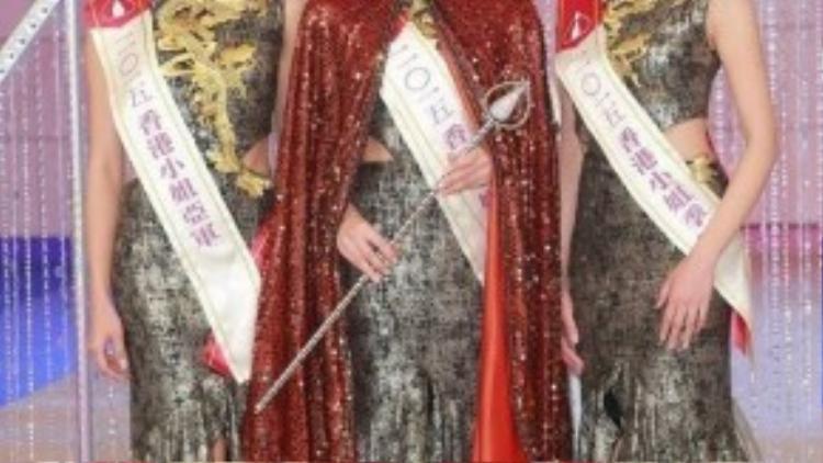 Từ trái qua: Á hậu 1 Bàng Trác Hân, Hoa hậu Mạch Minh Thi, Á hâu 2 Trịnh Gia Văn. Cả 3 đều đang ở tuổi 23 - một độ tuổi phù hợp với các cuộc thi nhan sắc quốc tế.
