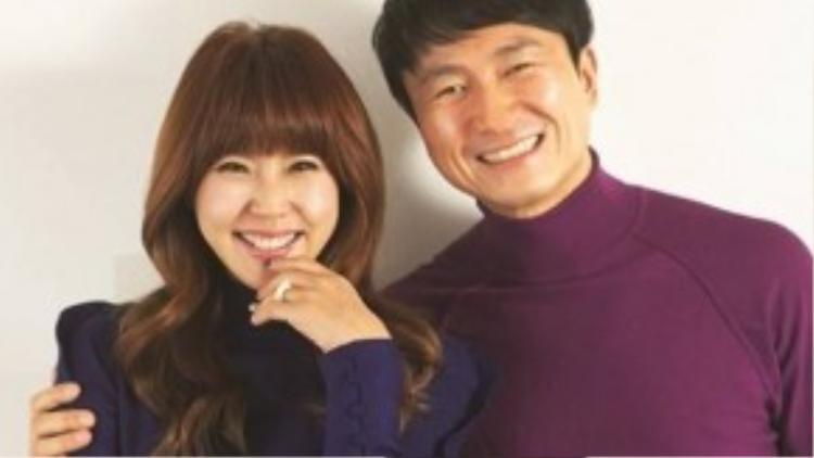 Nữ diễn viên Lee Yoon Mi là gương mặt khá quen thuộc của màn ảnh nhỏ. Năm 2006, cô làm đám cưới với bạn trai hơn 1 giáp tuổi là nhạc sĩ Joo Young Hoon. Trong gần 10 năm vợ chồng, cặp đôi đã có 2 con gái xinh xắn.