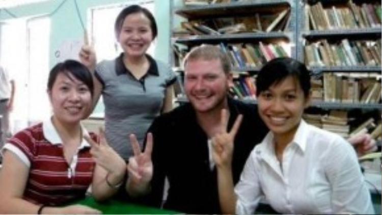 Kyo York gần 100kgchụp ảnh cùng các bạn sinh viên Việt Nam tại miền Tây vào năm 2009.