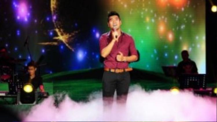 """Mở màn, Tạ Quang Thắng đã trình diễn lại ca khúc """"Tôi, cầu vồng và những ánh trăng"""" đã đạt giải Bài hát của tháng trong liveshow tháng 7."""