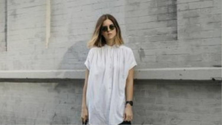 Công thức áo sơ mi trắng cùng quần skinny đen, kết hợp với ba lô da tạo phong cách năng động cá tính.