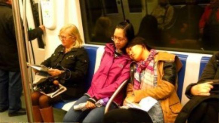 Nhiều trường hợp du kháchngủ quên trên tàu điện ngầm đãbị kẻ gian lợi dụng lấp trộm tài sản.