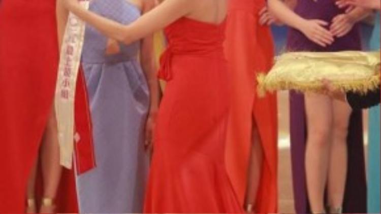 Khoảnh khắc xúc động khi đạt được danh hiệu Hoa hậu ăn ảnh.