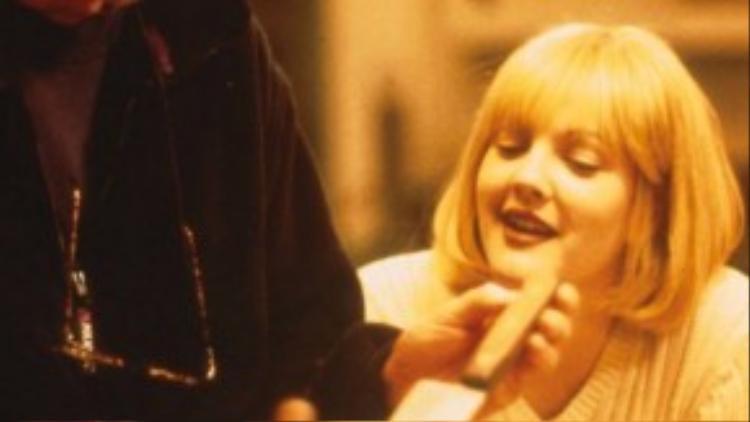 """Wes Craven bên cạnh Drew Barrymore trên trường quay bộ phim kinh dị """"Scream""""."""
