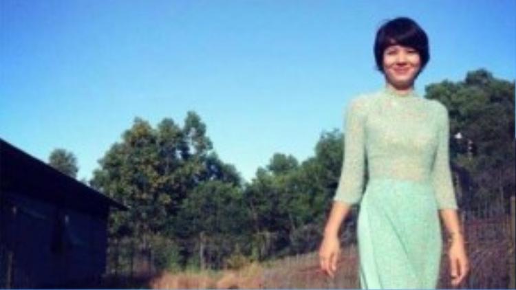 Diễm Quỳnh trẻ trung trong bộ áo dài truyền thống cùng mái tóc ngắn.