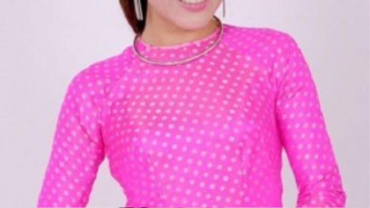 Nổi bật với áo dài hồng cánh sen không cổ cách điệu.