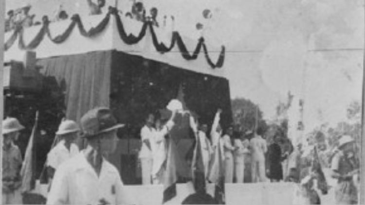 Các đại biểu và quốc dân giơ tay tuyên thệ. Tư liệu TTXVN.