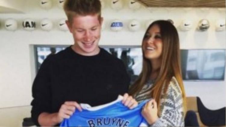 Niềm vui của cả 2 với chiếc áo đấu mới của chàng tuyển thủ điển trai.