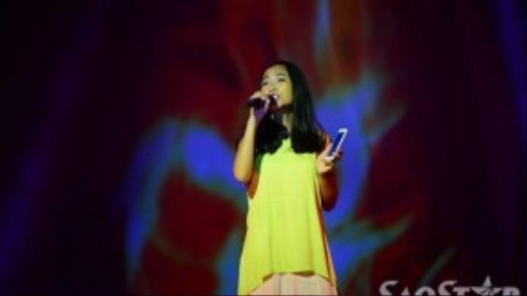 Đoan Trang cũng có mặt trong buổi chạy chương trình trước giờ G. Do phải trình diễn một ca khúc chưa bao giờ thể hiện nên nữ giám khảo Bước nhảy hoàn vũ nhí mùa 2 phải cầm điện thoại để vừa hát, vừa học lời.