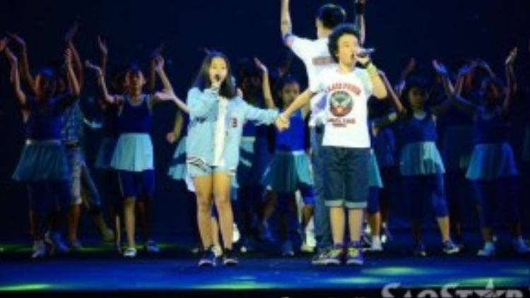 Ngoài các ca sĩ tên tuổi, một số thí sinh của cuộc thi Giọng hát Việt mùa trước cũng có cơ hội góp giọng trong chương trình nghệ thuật ý nghĩa này. Đêm nhạc Tuổi trẻ Việt Nam - Câu chuyện hòa bình 2015 sẽ diễn ra lúc 19h30 tối nay (2/9) tại Nhà hát Hòa Bình (TP HCM).