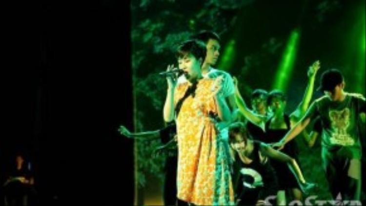 Uyên Linh chăm chú luyện tập cho tiết mục của mình. Trong đêm nhạc, cô sẽ trình diễn cùng vũ đoàn.