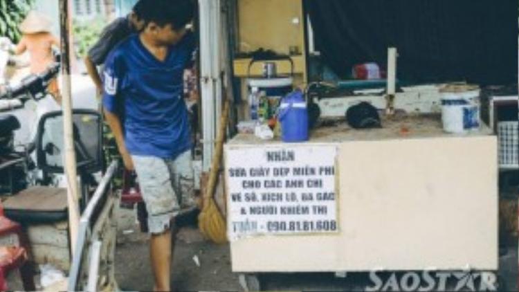Buổi chiều Cường phụ anh Tuấn tại cửa tiệm trong chung cư Nguyễn Thiện Thuật.