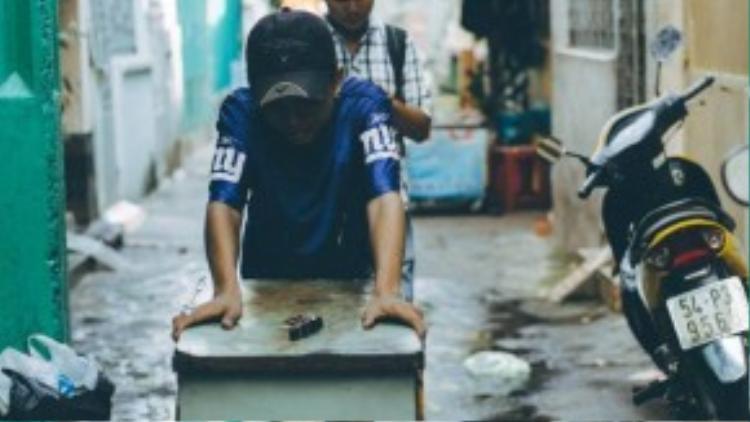 Khoảng 7h sáng Cường dọn hàng ra để làm việc tại đầu hẻm 549 đường Nguyễn Đình Chiểu.