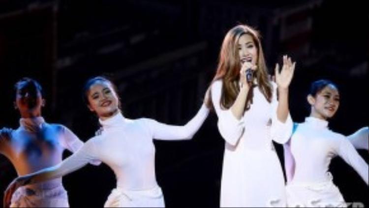 """Đông Nhi """"đốn tim"""" nhiều khán giả trẻ qua ca khúc Nụ cười Việt Nam."""