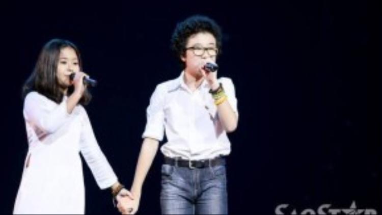 Hoàng Anh, Hồng Nhung - hai thí sinh của cuộc thi Giọng hát Việt nhí mùa trước - mở màn đêm diễn với Tình yêu hòa bình.