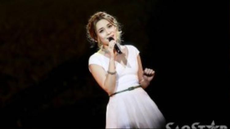 Mỹ Tâm xinh xắn như nàng công chúa trên sân khấu ở tiết mục Thương ca tiếng Việt.