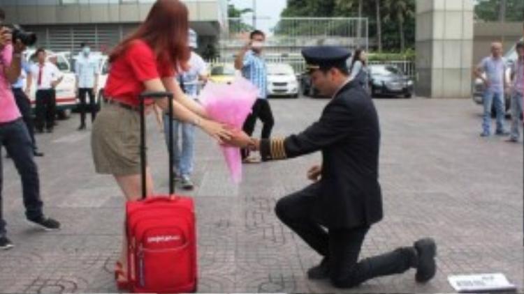 """""""Nam chính"""" của chúng ta xuất hiện trong đồng phục phi công, trên tay cầm bó hoa và chiếc nhẫn tiến đến quỳ xuống cầu hôn bạn gái. (Ảnh: Lê Anh)"""