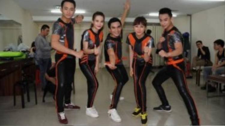 Duy Linh và đồng đội mang màu áo cam.