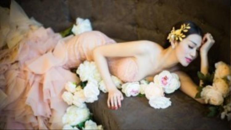Trong các shoot hình mới, giải Vàng cuộc thi Ngôi sao Người mẫu 2010 ghi điểm với công chúng bằng nét dịu dàng, thanh lịch.