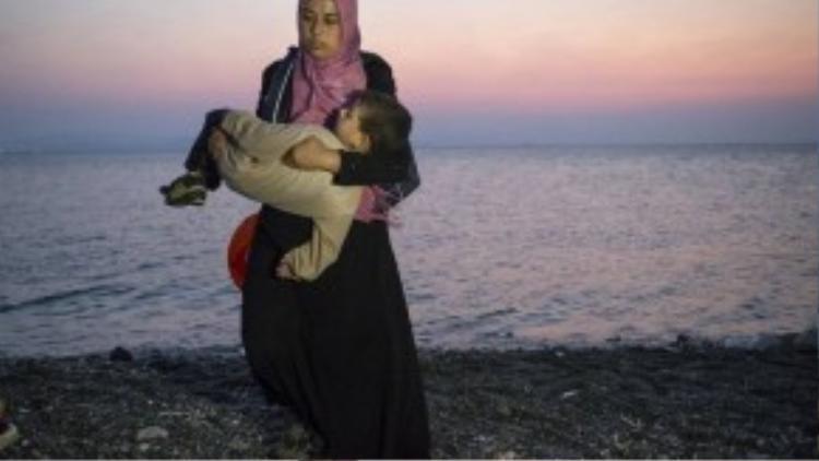 Kos, với 33.000 dân, là một hòn đảo nằm trên biển Eagea, chỉ cách nơi gần nhất của bờ biển Thổ Nhĩ Kỳ 3 hải lý. Kể từ đầu năm đến nay, gần 40.000 người di cư đã từ các cảng gần nhất của Thổ Nhĩ Kỳ để tới Kos và một loạt các hòn đảo nhỏ khác xung quanh.