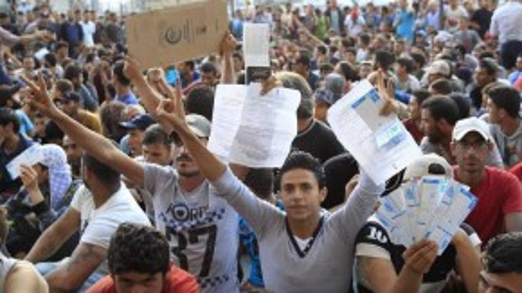 """""""Việc nhận thêm dân nhập cư không phải là cách giải quyết khủng hoảng này"""", ông Cameron nói."""