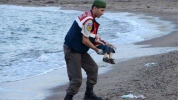 Bức ảnh thi thể cậu bé được cảnh sát Thổ Nhĩ Kỳ đưa lên bờ.
