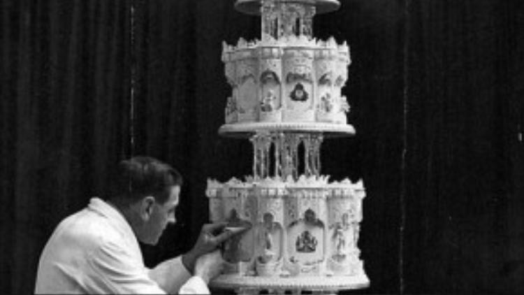 Đây là một trong số 2000 miếng bánh được cắt ra từ chiếc bánh cưới 4 tầng tẩm rượu và trang trí bằng hoa quả hết sức lộng lẫy của Nữ hoàng Anh. Chiếc bánh này từng gây ấn tượng mạnh với quan khách trong đám cưới diễn ra ngày 20/11/1947 của Nữ hoàng tại cung điện Buckingham.