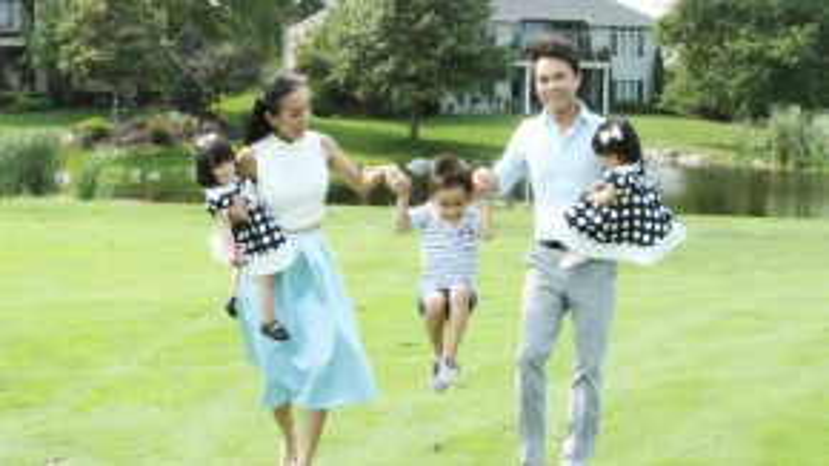 MC Huyền Ny cùng chồng và 3 con.