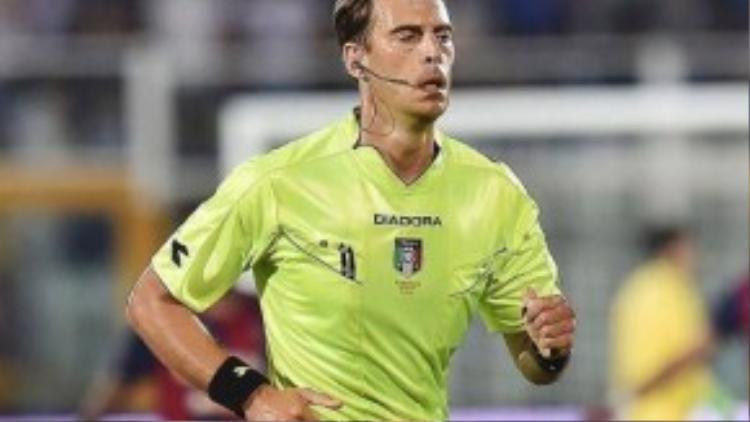 Trọng tài Claudio Gavillucci có thể là người sử sụng thẻ xanh đầu tiên trong bóng đá chuyên nghiệp