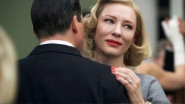 Carol do Todd Haynes đạo diễn, chuyển thể tiểu thuyết của Patricia Highsmith gây chú ý bởi những cảnh quay đẹp và nội dung nhạy cảm. Phim lấy bối cảnh tại New York những năm 50, Therese Belivet (19 tuổi) làm việc tại một cửa hàng ở Manhattan và mơ ước về một cuộc sống trọn vẹn. Cô gặp Carol Aird - một người phụ nữ gặp thất bại trong hôn nhân. Tình yêu sét đánh đến với cả hai ngay lần đầu gặp gỡ.
