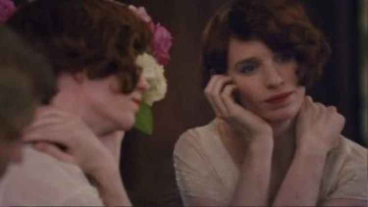 Cách đây không lâu, trailer của The Danish Girl được tung ra với nhiều tình tiết gây xúc động. Phim lấy bối cảnh ở thủ đô Copenhagen của Đan Mạch vào thập niên 20, kể về cuộc sống của họa sĩ nổi tiếng Einar Wegener (hay Lili Elbe khi đã là phụ nữ), một trong những người chuyển giới đầu tiên trên thế giới. Tác phẩm dựa trên câu chuyện có thật, do đạo diễn Tom Hooper thực hiện, được đánh giá là ứng viên nặng ký của mùa Oscar 2016.