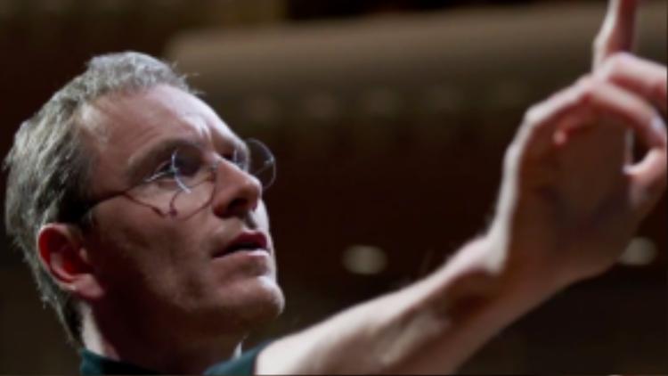 Hình ảnh trên dễ khiến chung ta liên tưởng đến thiên tài Steve Jobs, và đúng vậy, đầu năm 2016 sẽ có một bộ phim cùng tên kể về cuộc đời của ông. Michael Fassbender đã hóa thân xuất sắc thành cựu lãnh đạo Apple với tính cách ngang bướng, hà khắc nhưng rất nghệ sĩ.