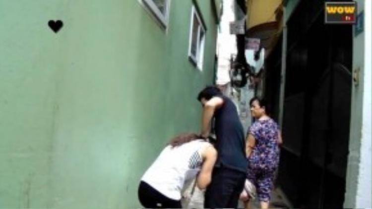 Người phụ nữ lớn tuổi này tỏ vẻ không bằng lòng, nhưng cũng im lặng bước qua. (Ảnh chụp từ clip)