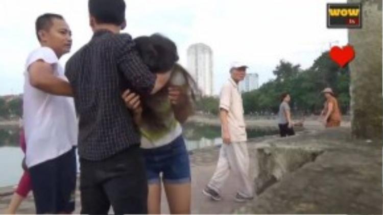 Người đàn ông trung niên ra tay ngăn cản. (Ảnh chụp từ clip)