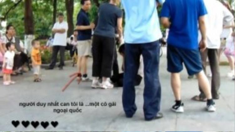 Trong khi nhiều nam giới chỉ đứng xung quanh theo dõi, cô gái ngoại quốc này đã tiếng đến can thiệp. (Ảnh chụp từ clip)