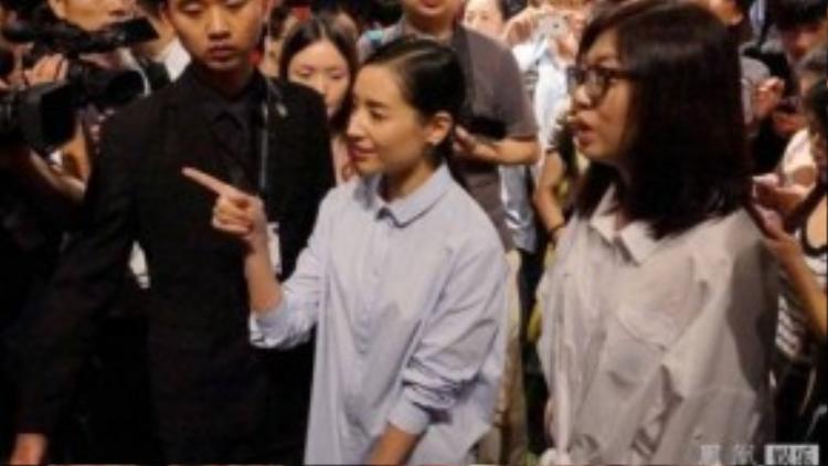 Ngày 3/9, Đổng Khiết tham dự sự kiện tại Thượng Hải (Trung Quốc). Sự có mặt của cô thu hút mọi ánh nhìn. Nhưng cũng lúc này, người ta nhận ra gương mặt Đổng Khiết già nua hơn trước.