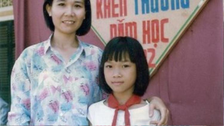 Ca sĩ Mỹ Tâm lúc vừa tròn 11 tuổi. Ảnh chụp vào năm 1992, khi nữ HLV The Voice nhận được phần thưởng nhờ thành tích học tập tốt.