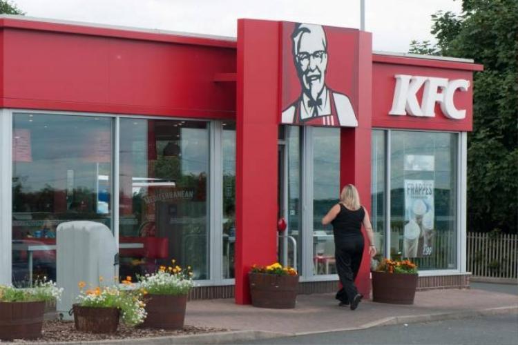 Phát hiện giòi trong suất gà ăn nhanh của KFC