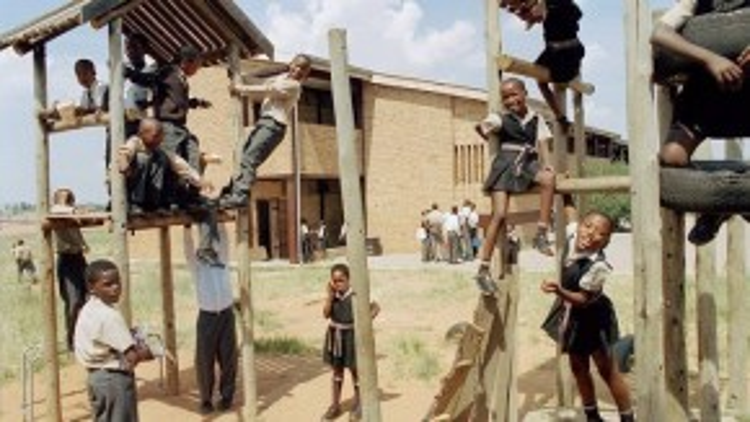 Đồng phục của trẻ em vùng Nam Phi có những nét tương đồng với đồng phục học sinh Việt Nam. Các bé gái còn được thắt thêm một chiếc khăn ở eo làm điểm nhấn.