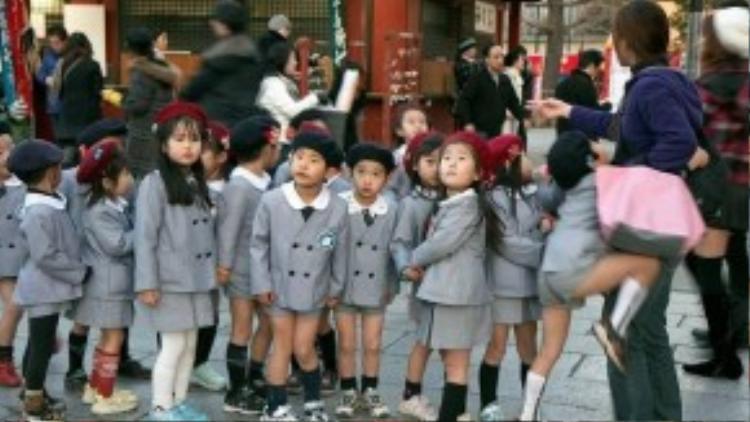 Bộ đồng phục của trẻ em Nhật Bản sẽ đi kèm với chiếc mũ nồi màu đỏ đô đáng yêu. Đồng phục dành cho học sinh tiểu học ở Nhật Bản được đánh giá là khá đáng yêu, tuy nhiên chúng thường chỉ dành cho những ngôi trường danh giá vì tính chất cầu kì và đắt đỏ.
