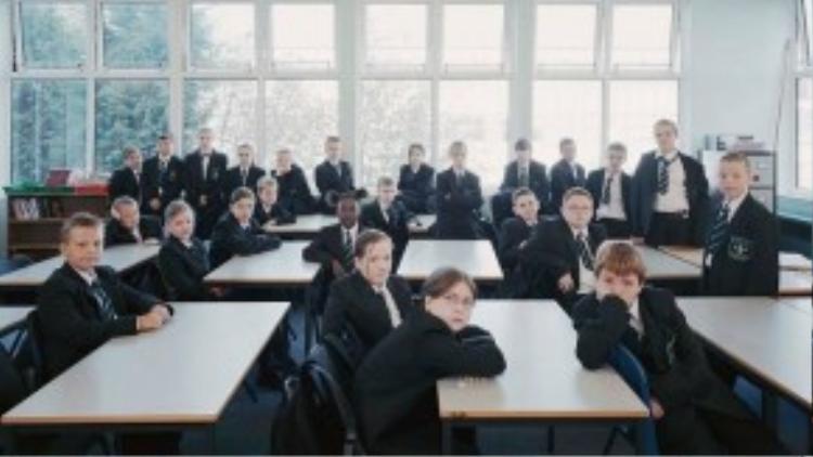 Đồng phục học sinh ở Anh gợi liên tưởng về ngôi trường Hogwarts trong bộ phim Harry Potter. Những bộ suit đơn giản, lịch lãm, cổ điển là đặc trưng của tất cả trường học ở nước Anh.