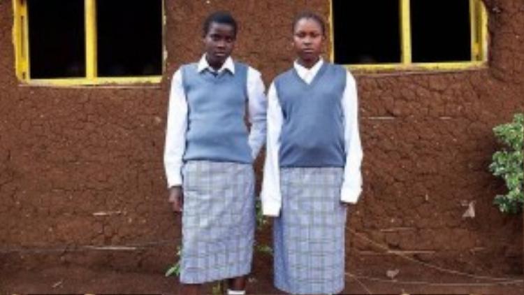 Váy ôm, áo sơ mi trắng cùng áo sweater dệt kim bên ngoài là đồng phục của học sinh ở đất nước hoang sơ Kenya. Những kiểu dáng về tất và giày cũng được quy định rất chặt chẽ.