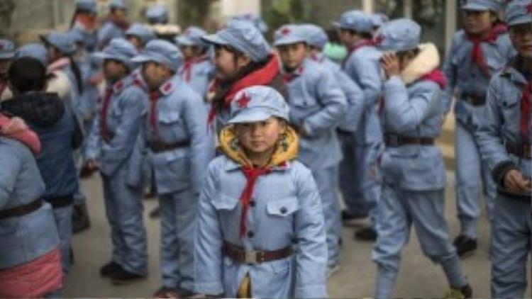Đồng phục của trẻ em Trung Quốc đặc trưng với tông màu xanh nhạt. Bộ đồng phục còn có chức năng giữ ấm cơ thể với lớp vải dày bên trong.